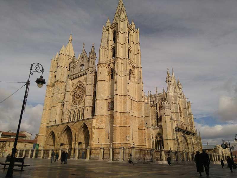 http://visitasguiadasoficiales.com/wp-content/uploads/2020/03/leon-catedral-1.jpg